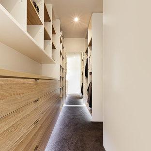 Imagen de armario vestidor unisex, nórdico, con armarios con paneles lisos, puertas de armario de madera clara y moqueta