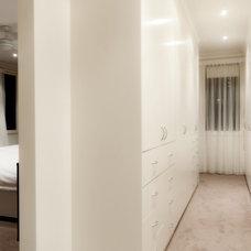 Modern Closet by blackrock plaster