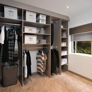 Ejemplo de armario vestidor unisex, campestre, de tamaño medio, con armarios abiertos, puertas de armario grises y suelo de baldosas de cerámica