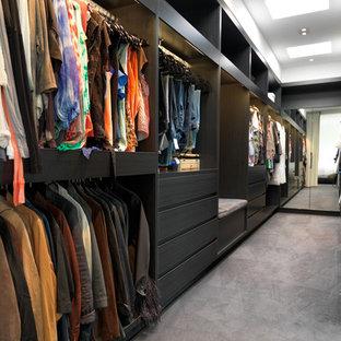 Imagen de armario vestidor de hombre, contemporáneo, grande, con armarios abiertos, puertas de armario negras y moqueta