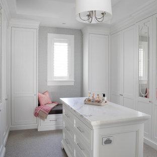 Ejemplo de armario vestidor de mujer, tradicional, con armarios con paneles empotrados, puertas de armario blancas y suelo blanco