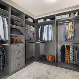 Modern inredning av ett walk-in-closet för könsneutrala, med öppna hyllor, grå skåp, heltäckningsmatta och grått golv