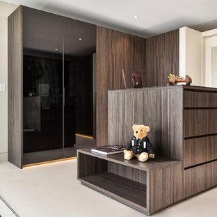 Esempio di una grande cabina armadio per uomo moderna con ante lisce, ante marroni, pavimento con piastrelle in ceramica e pavimento beige