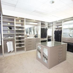Idee per un ampio spazio per vestirsi per donna minimal con nessun'anta, ante grigie e moquette