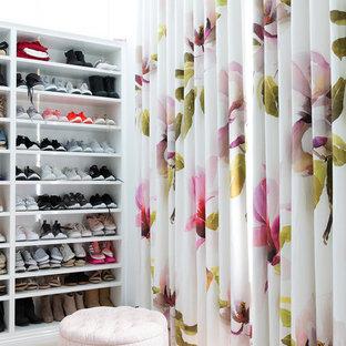 Modelo de armario vestidor de mujer, costero, con armarios abiertos, puertas de armario blancas, moqueta y suelo beige
