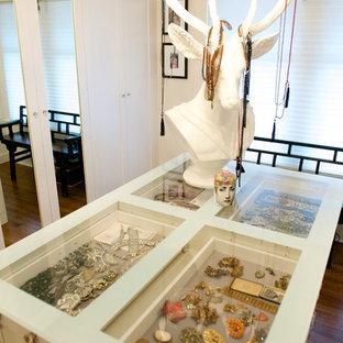 Ejemplo de vestidor de mujer, bohemio, grande, con armarios estilo shaker, puertas de armario blancas y suelo de madera en tonos medios