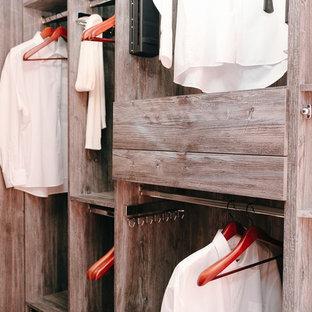 Idéer för att renovera ett mellanstort funkis walk-in-closet för könsneutrala, med öppna hyllor, skåp i mellenmörkt trä och klinkergolv i terrakotta