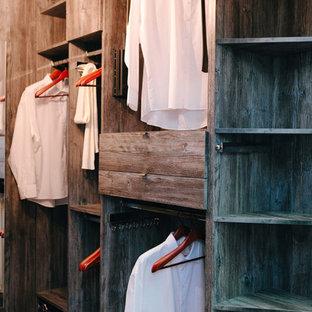 Modelo de armario vestidor unisex, moderno, de tamaño medio, con armarios abiertos, puertas de armario de madera oscura y suelo de baldosas de terracota