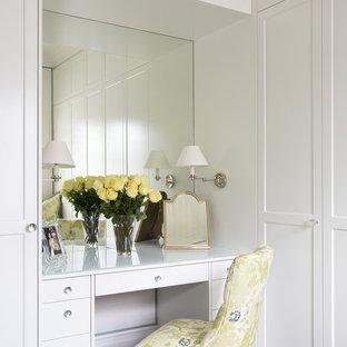 Ejemplo de armario y vestidor de mujer, tradicional, de tamaño medio, con armarios con paneles empotrados, puertas de armario blancas y moqueta
