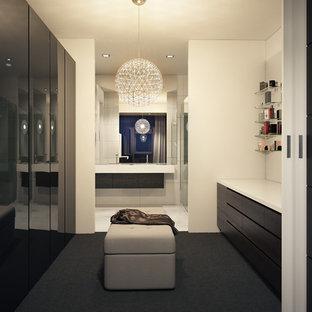 Imagen de armario vestidor unisex, minimalista, grande, con armarios con paneles lisos, puertas de armario de madera en tonos medios y moqueta