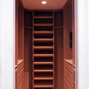 Modelo de armario vestidor unisex, pequeño, con suelo de madera clara, armarios abiertos y puertas de armario de madera oscura