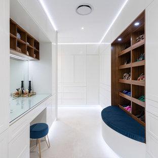 Diseño de armario vestidor unisex, actual, grande, con armarios estilo shaker, puertas de armario amarillas, suelo de baldosas de porcelana y suelo beige
