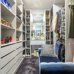 Idee per una cabina armadio per donna classica con ante lisce, ante bianche, moquette e pavimento nero