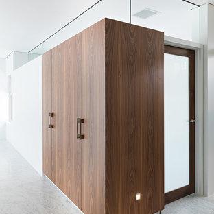 Idee per un armadio o armadio a muro unisex contemporaneo con ante in legno scuro e pavimento in marmo