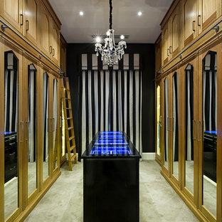 Immagine di un ampio spazio per vestirsi unisex contemporaneo con ante con riquadro incassato, ante in legno scuro e moquette