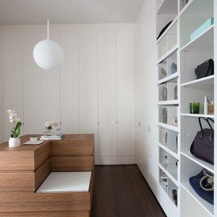 Ispirazione per armadi e cabine armadio per donna minimal con ante lisce, ante bianche, parquet scuro e pavimento marrone