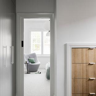 Ispirazione per armadi e cabine armadio contemporanei con ante lisce, ante in legno chiaro, moquette e pavimento grigio