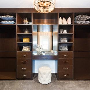 Modelo de vestidor unisex, marinero, grande, con armarios abiertos, puertas de armario de madera en tonos medios, moqueta y suelo gris