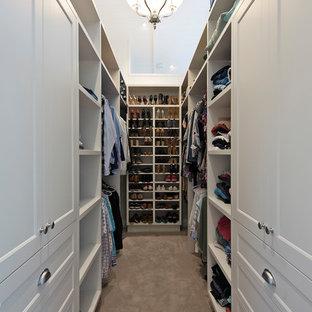 Esempio di una piccola cabina armadio unisex stile marinaro con ante in stile shaker, ante beige, moquette e pavimento grigio