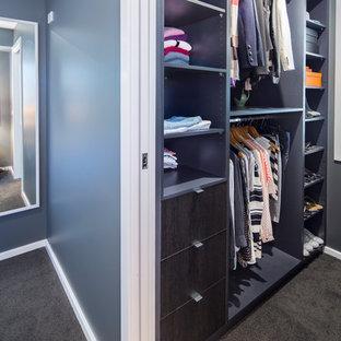 Foto di una piccola cabina armadio unisex design con nessun'anta, ante in legno bruno e moquette