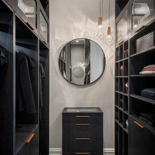 Imagen de vestidor unisex, actual, con armarios abiertos, puertas de armario negras, moqueta y suelo gris