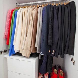 Diseño de armario vestidor de mujer, minimalista, de tamaño medio, con armarios abiertos, puertas de armario blancas y suelo de madera clara