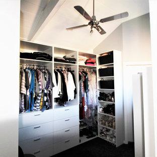 Modelo de vestidor unisex y abovedado, marinero, grande, con armarios abiertos, puertas de armario blancas, moqueta y suelo marrón