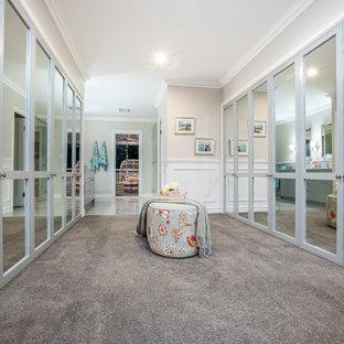 ブリスベンの広い男女兼用トラディショナルスタイルのおしゃれなフィッティングルーム (シェーカースタイル扉のキャビネット、青いキャビネット、カーペット敷き、グレーの床) の写真