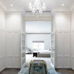 メルボルンの中くらいの男女兼用トラディショナルスタイルのおしゃれなフィッティングルーム (落し込みパネル扉のキャビネット、白いキャビネット、カーペット敷き) の写真
