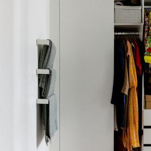 Foto de armario vestidor unisex, bohemio, de tamaño medio, con puertas de armario verdes, moqueta y suelo gris