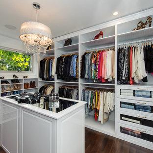 Idéer för mycket stora funkis walk-in-closets för kvinnor, med mörkt trägolv, vita skåp och luckor med upphöjd panel