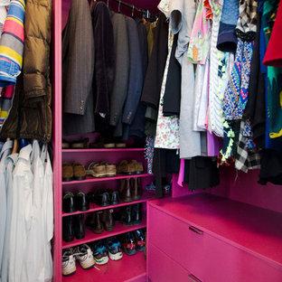 Idéer för ett mellanstort modernt walk-in-closet för könsneutrala, med släta luckor, röda skåp, heltäckningsmatta och beiget golv