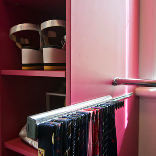 Neutrales, Mittelgroßes Modernes Ankleidezimmer mit flächenbündigen Schrankfronten, roten Schränken, Teppichboden und beigem Boden in Melbourne