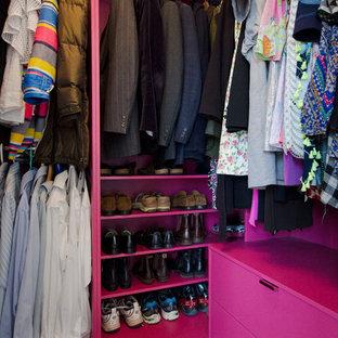 Inspiration för ett mellanstort funkis walk-in-closet för könsneutrala, med släta luckor, röda skåp, heltäckningsmatta och beiget golv