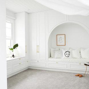 Großer, Neutraler Maritimer Begehbarer Kleiderschrank mit weißen Schränken, Teppichboden, grauem Boden und Schrankfronten mit vertiefter Füllung in Sydney