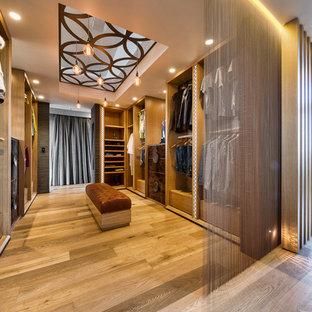 Ispirazione per armadi e cabine armadio unisex design con nessun'anta, ante in legno scuro e pavimento in legno massello medio