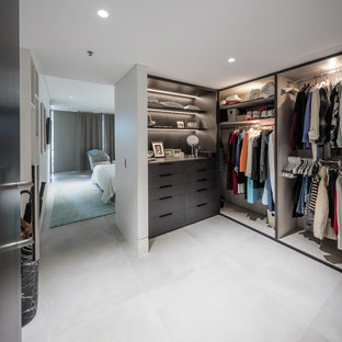 シドニーの男女兼用コンテンポラリースタイルのおしゃれなフィッティングルーム (茶色いキャビネット、セラミックタイルの床、ベージュの床) の写真