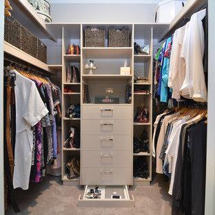 Ejemplo de armario vestidor de mujer, contemporáneo, pequeño, con puertas de armario beige y moqueta