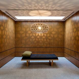 メルボルンの大きい男女兼用コンテンポラリースタイルのおしゃれなウォークインクローゼット (コンクリートの床) の写真
