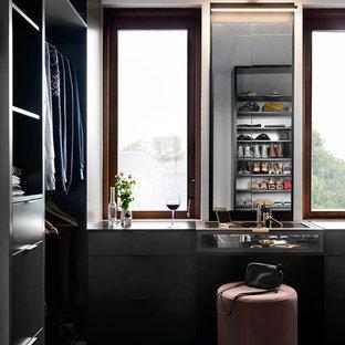 メルボルンの広い男女兼用コンテンポラリースタイルのおしゃれなフィッティングルーム (オープンシェルフ、グレーのキャビネット、カーペット敷き、青い床) の写真