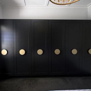 Ispirazione per un grande armadio o armadio a muro unisex chic con ante in stile shaker, ante bianche, moquette e pavimento nero