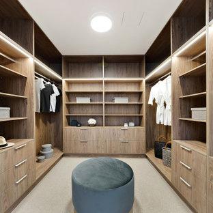 Foto de vestidor unisex, actual, de tamaño medio, con armarios abiertos, puertas de armario de madera oscura, moqueta y suelo gris