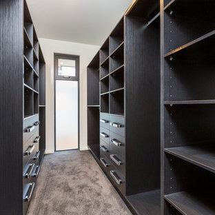 Ispirazione per una cabina armadio unisex minimal di medie dimensioni con nessun'anta, ante nere e moquette