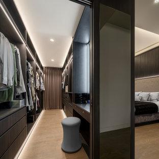 Esempio di un grande spazio per vestirsi unisex design con ante lisce, ante in legno bruno e pavimento beige
