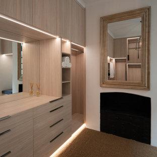 Foto de armario vestidor contemporáneo con armarios abiertos y puertas de armario de madera clara