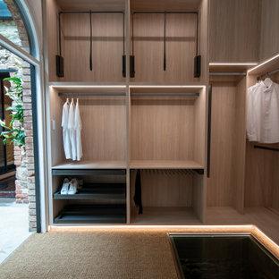 Foto på ett funkis walk-in-closet, med öppna hyllor, skåp i ljust trä och brunt golv