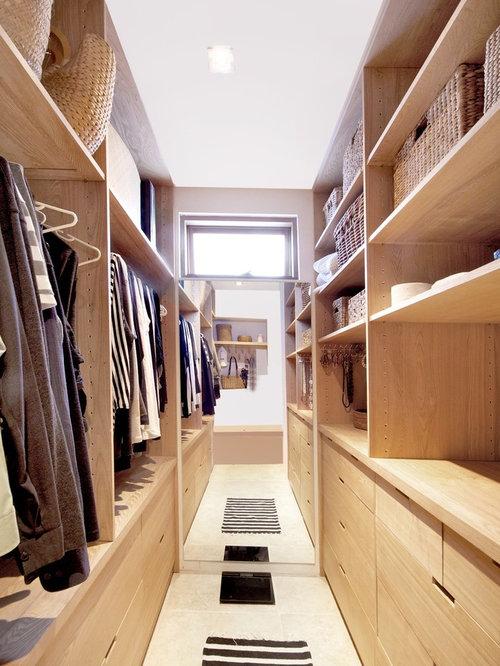 Kleines Ankleidezimmer mit Travertin-Boden - Ideen für den ...