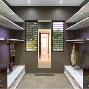 Ejemplo de armario vestidor unisex, asiático, de tamaño medio, con moqueta