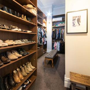 Geräumiger, Neutraler Klassischer Begehbarer Kleiderschrank mit offenen Schränken, hellbraunen Holzschränken, Teppichboden und grauem Boden in Melbourne