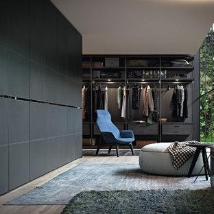 シドニーの中くらいの男女兼用コンテンポラリースタイルのおしゃれなウォークインクローゼット (黒いキャビネット、無垢フローリング、茶色い床) の写真
